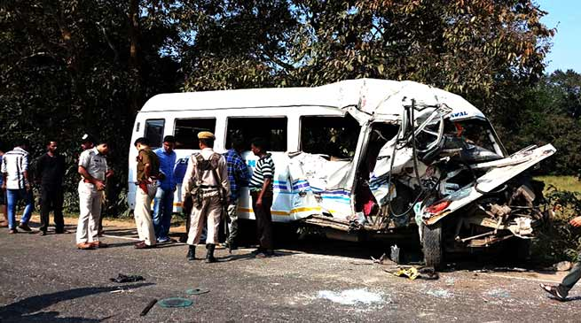 Traveller collided with cylinder loaded truck;  4 dead, several injured